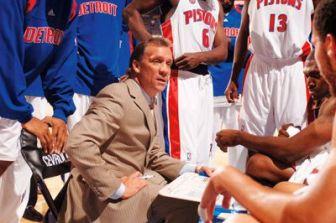 Flip Saunders coachant les Pistons