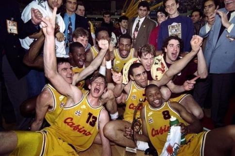 Richard Dacoury fête le titre européen de 1993 avec ses coéquipiers du CSP Limoges