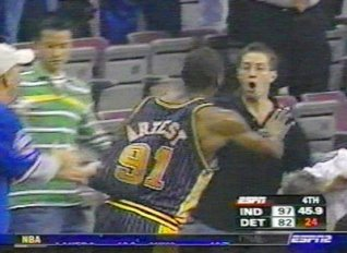 Ron Artest frappant un supporter innocent