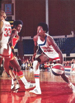 Moses Malone évoluant en ABA avec Utah