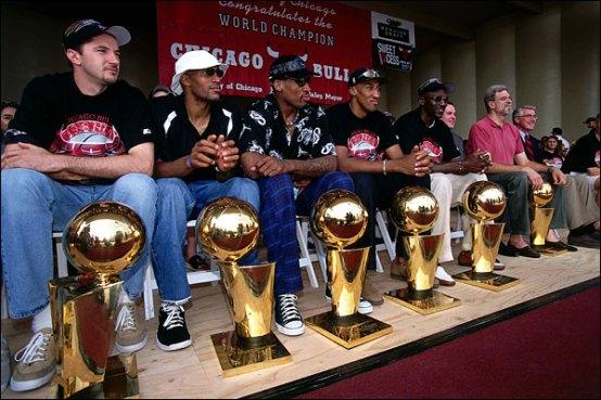 Kukoc avec Jordan, Pippen, Rodman et Phil Jackson pour fêter leur sixième titre NBA des Bulls. (c) Andrew D.Bernstein - NBAE-Getty Images