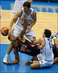 Lutte acharnée USA - Grèce (c) Garrett Ellwood - NBAE - Getty Images