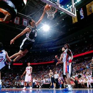 Robert Horry dunke face à Détroit en finale NBA 2005 (c) Nathaniel S. Butler-NBAE-Getty Images