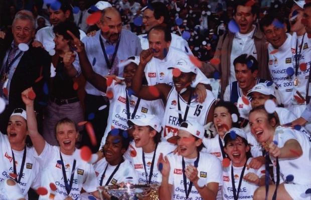 Yannick Souvré fête le titre de l'Euro 2001 avec ses coéquipières (c) Yannicksouvre.net