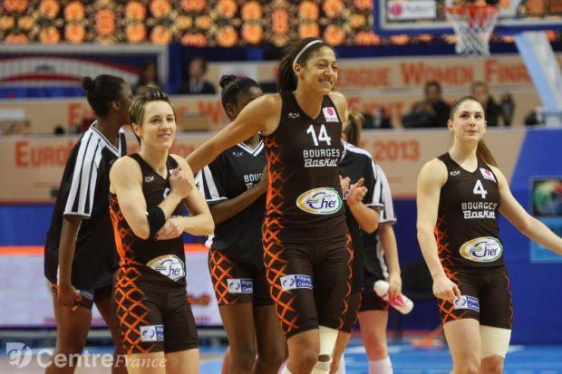 Emmeline N'Dongue avec Céline Dumerc et Bourges lors d'un match d'Euroligue (c) Hervé Le Fellic - LeBerry