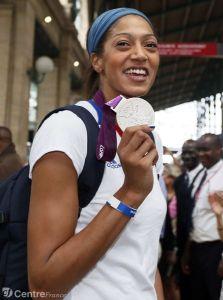 Emmeline N'Dongue avec la médaille d'argent aux JO 2012 (c) AFP