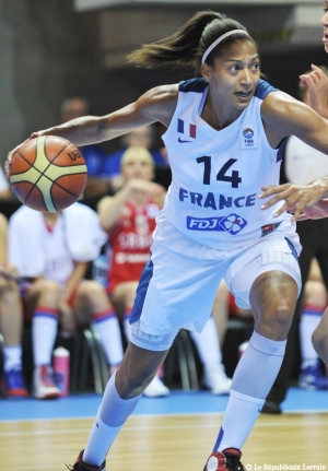 Emmeline N'Dongue avec le maillot de l'équipe de France (c) AFP