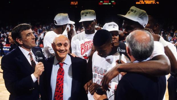 Jerry Tarkanian et sa joie avec ses joueurs d'UNLV en 1990 (c) Getty Images