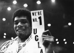 Kareem Abdul-Jabbar tout sourire avec UCLA, champion NCAA en 1968 (c) AP