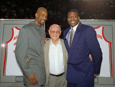 Jerry Tarkanian avec Stacey Augmon et Larry Johnson (c) AP Photo - Lennox McLendon