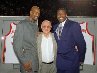 Jerry Tarkanian avec Stacey Augmon et Larry Johnson (c) AP Photo - Lennox McLendon