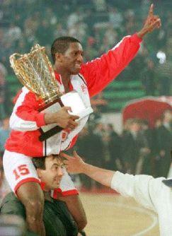 David Rivers avec le trophée Euroligue en 1997 (c) insidehoops.com