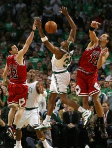 Hinrich - Pierce - Noah à la lutte pour le ballon - Chicago Boston Game 1 (c) Elsa - Getty Images
