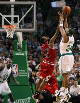 Paul Pierce face à John Salmons est l'homme du match de ce Game 5  (c) Elsa - Getty Images