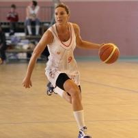Audrey Sauret balle en main avec Lyon lors de l'Open Femin'ain (c) basketfly.fr