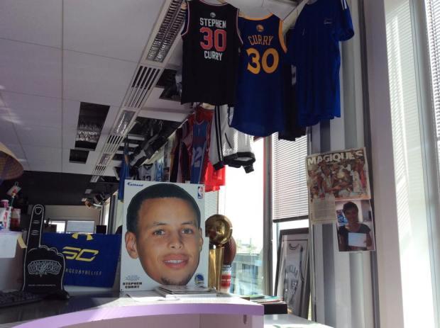 """Le bureau de Mary Patrux avec le notamment le """"big head"""" Stephen Curry"""