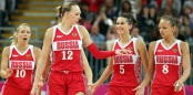 Irina Osipova (n°12) et Ilona Korstine (n°10) entourée de Evgeniya Belyakova et Alena Danilochkina (c) zimbio.com