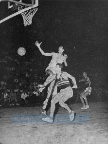 Alin Gilles en action qui échappe le ballon face au hongrois Greminger en 1964 (c) FFBB