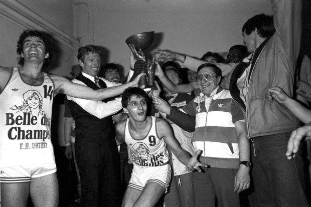 Freddy Hufnagel fête le titre en Coupe Korac en 1984 avec ses coéquipiers de Orthez (c) Photos archives Sud Ouest