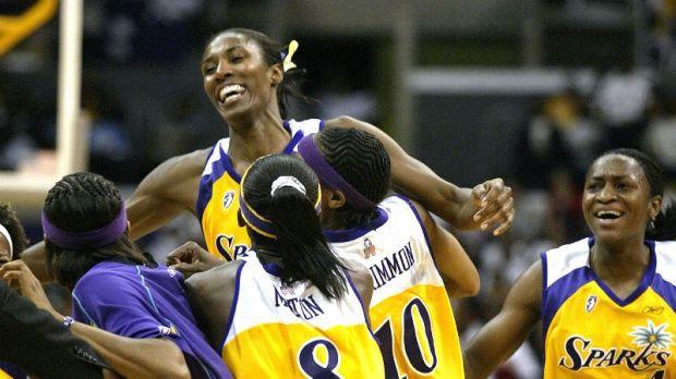 Lisa Leslie réalise le premier dunk en WNBA et le fête avec ses coéquipières des Sparks (c) Lisa Blumenfeld-Getty Images