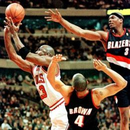 Marcus Brown impuissant face à MJ avec Portland (c) Jumpshot