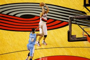 Nicolas Batum à 3-points contre Denver le 4 février 2012 (c) Bruce Ely - The Oregonian