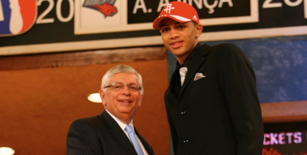 Le 26 juin au Madison Square Garden, Nicolas Batum lors de la draft avec David Stern (c) Jesse D. Garrabrant/NBAE via Getty Images