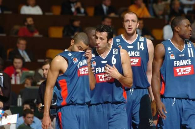 Antoine Rigaudeau avec Tony Parker lors de l'EuroBasket 2005 (c) lequipe