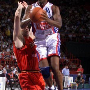Jim Bilba face à l'Espagne - EuroBasket 1999 (c) Fibaeurope