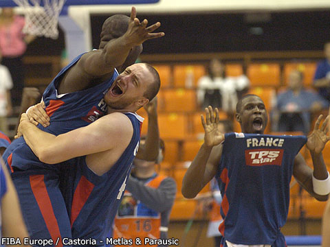 La joie des frères Piétrus et de Weis lors du barrage France - Serbie (c) lors du barrage France - Serbie - Euro 2005 (c) Fibaeurope - Castoria-Mollière