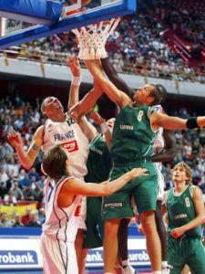La lutte aux rebonds entre Français et Lituaniens lors de la demi-finale à l'Euro 2003 (c) Fiba Europe