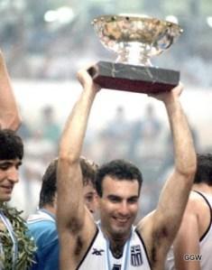 Nikos Galis soulève le trophée de l'Euro en 1987 (c) Globalgreekworld.blogspot.com