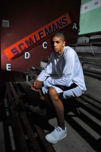 Batum assis sur marches (c) basketactu.com