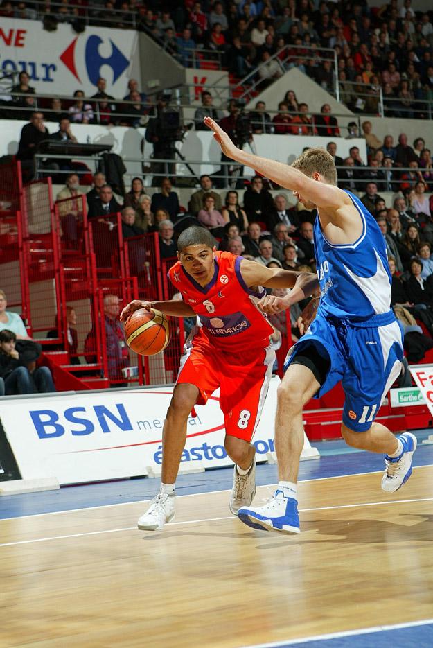 batum au dribble avec le MSB face à un défenseur (c) basketactucom