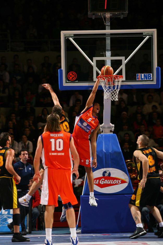 batum au dunk avec le MSB (c) basketactucom
