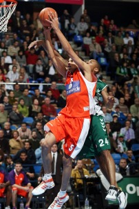 Batum en Euroligue part au dunk (c) basketactu.com