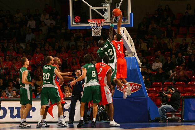 batum-en-euroleague-stoppé-par-Ndong (c) basketactucom