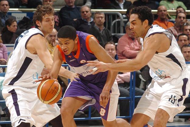 Batum entre deux défenseurs avec le MSB (c) basket actucom