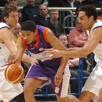 Batum entre deux défenseurs avec le MSB (c) basketactu.com
