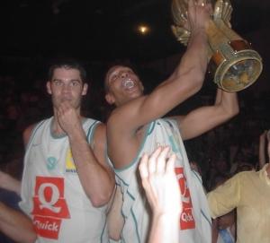 Boris Diaw heureux en portant le trophée de Pro A (c) guenael64.free.fr