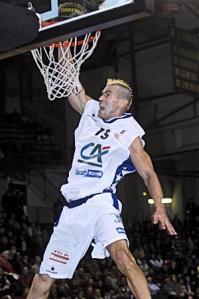 Marc Salyers au dunk avec Roanne (c) galeri.uludagsozluk.com