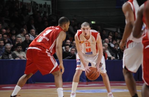 Nando De Colo, ballon en main en match (c) cholet-basket.com
