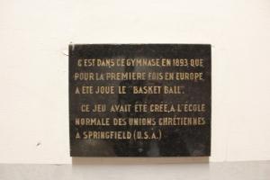 Plaque commémorative du premier match de basket-ball en Europe au 14, rue de Trévise. © UCJG
