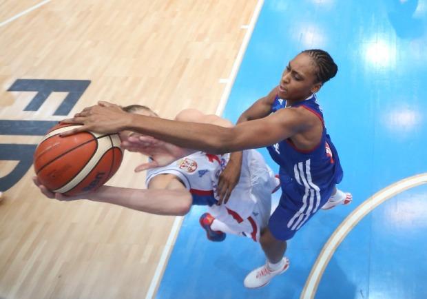 Sandrine Gruda en défense avec la France (c) Fiba Europe.com
