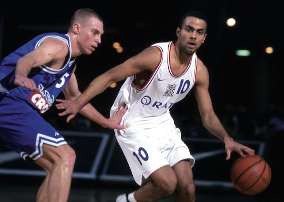 Tony Parker au dribble face à un adversaire - Paris Basket Racing (c) Paris-canalhistorique.com