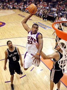 Amare Stoudemire au dunk lors du Game 1 face aux Spurs le 18 mai 2005 (c) MARK J. TERRILL - AP