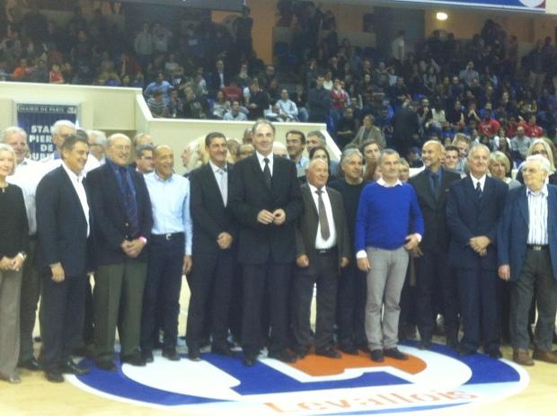 Hervé Dubuisson pour la photo de famille (c) Basket Retro - RS