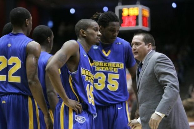 Kenneth Faried au coté de Donnie Tyndall, coach de Morehead State - AP Photo - Mark Humphrey
