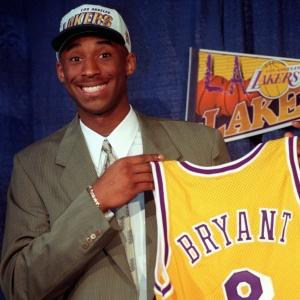 Kobe Bryant à 17 ans avec le maillot des Lakers - AP Photo/Susan Sterner