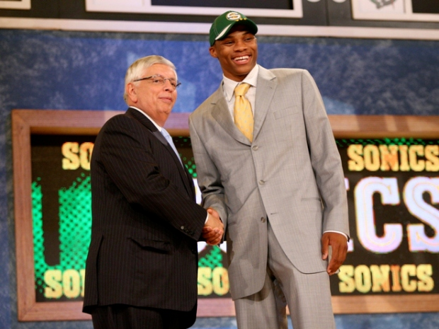 Russell Westbrook avec David Stern lors de la Draft 2008 au Madison Square Garden. (c) Emile Wamsteker - USA TODAY